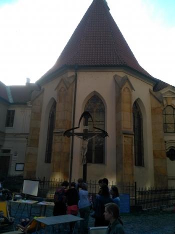 Před kostelem sv. Vojtěcha